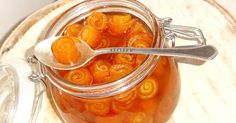 http://takprosto.cc/varenye-iz-apelsinovyh-korok/ варенье из апельсиновых корок Ингредиенты: •3 апельсина; •300 г сахара; •300 мл воды; •1 ст. л. сока лимона.  Приготовление:  1. Тщательно помой апельсины и обдай их кипятком, так как эти фрукты всегда обрабатывают специальными веществами, чтобы они дольше хранились. Разрежь плоды на 4 части. Мякоть съешь или оставь для приготовления других блюд. С кожуры необходимо срезать внутренний белый слой, так как он придаст горечи варенью.