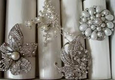 diy napkin rings wedding - vintage broaches & costume jewelry & ribbon