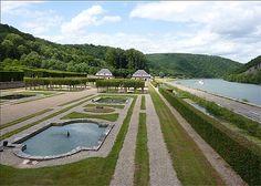 """Jardins à la française au château de Freyr © Laure Nicolas juillet 2010 Le château de Freÿr est surnommé le """"Versailles ardennais"""". La rivière est la Meuse. A 7 km au Sud de Dinant. Belgique châteaux"""