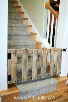DIY : pallet stairs gate in wood with stairs pallet DIY baby gate. Something like this would work good at the basement stairs. Old Pallets, Recycled Pallets, Wooden Pallets, Pallet Wood, Diy Wood, Pallet Kids, Pallet Crafts, Diy Pallet Projects, Home Projects