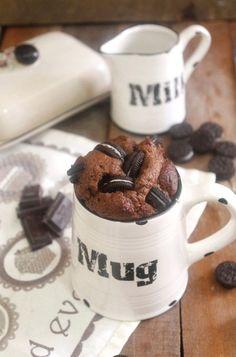 mug cakes o mini-bizcochos en una taza hechos al microondas o al horno en menos de 5 minutos. La versión de hoy es de chocolate y galletas Oreo.