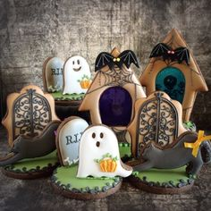Halloween Graveyard Tombstones Scene with Ghosts decorated cookies. Halloween Desserts, Halloween Cookies Decorated, Halloween Baking, Halloween Food For Party, Halloween Cakes, Fall Halloween, Decorated Cookies, Halloween Graveyard, Cookie Monster