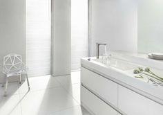 Valkoinen keittiö on ylellisen raikas. #etuovisisustus #keittiö #hansgrohe