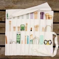 Seguimos con nuestra serie de ideas para organizar tu espacio de trabajo. Son trucos sencillos que pueden agilizar tu trabajo. Sabemos que muchas no disponéis de un estudio pero seguro que podéis aplicar estas ideas en una mesa de trabajo o en un pequeño rincón de casa. Knitting Needle Storage, Knitting Needles, Knitting Bags, Knitting Projects, Knitting Patterns, Sewing Projects, Knitting Supplies, Knitting Ideas, Crochet Hook Case