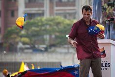 El candidato opositor, Henrique Capriles Radonski lanza gorras tricolor a sus simpatizantes luego de finalizar su discurso durante la llamada marcha Heroica realizada en Caracas, Venezuela. 7 Abril 2013. (Foto/ivan gonzalez)