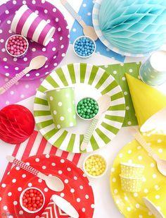Rainbow Tablescape & DIY Balloon Garland - simple & fun ideas for styling a creative rainbow table with colorful balloon party decor as a table runner! Diy Unicorn Headband, Diy Unicorn Party, Fete Saint Patrick, Buzzfeed Diy, Colourful Balloons, Colorful, Vibrant Colors, Rainbow Parties, Balloon Garland
