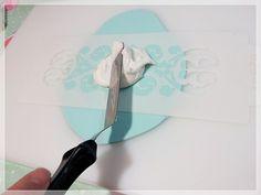 Paso a paso: tres técnicas diferentes de Stencil sobre Fondant Hoy les mostraremos tres técnicas diferentes de como decorar fondant o Royal Icing con técnicas sencillas y con muy buen resultado. Son decoraciones muy llamativas y a la vez elegantes que podríamos utilizar en cualquier ocasión. Artículo completo aquí...http://decake-decake.blogspot.com.co/…/paso-paso-tres-tecni… www.newcake.net #stencil #fondant #newcakeboutique #weddingcake #cakeart #marcoantoniolopez #