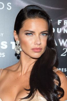 5 Fall Hair Colors You're About to See Everywhere Raven Black— Adriana Lima Adriana Lima Hair, Adriana Lima Makeup, Adriana Lima Style, Brunette Beauty, Hair Beauty, Side Swept Hairstyles, Fall Hair Colors, Brazilian Models, Dark Hair
