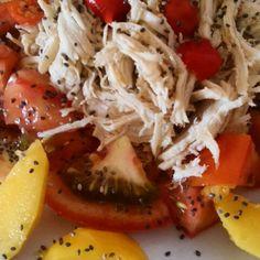 Salada: frango desfiado, tomate manga e chia.