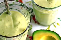 Avocadosmoothie met mango, kokos en banaan 2 mango's 2 avocado's 1 kleine banaan 100 ml kokosmelk 200 ml (soja)melk sap van een citroen 100 ml water ook nodig: een blender of staafmixer. Avocado Smoothie, Smoothie Drinks, Healthy Smoothies, Healthy Drinks, Healthy Recipes, Vegetarian Recipes, I Love Food, Good Food, Yummy Food