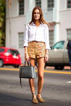 Gala Gonzalez usa camisa com shorts em estampa de python com sapatilhas de onça