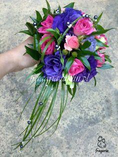 """Zasadniczo kolory różowy i fioletowy są barwami z jednej gamy kolorostycznej, ale wyjątkowo zaskakuje mnie """"kontrast"""" jaki się wytworzył pomiędzy różą, a eustomą w tym bukiecie ślubnym. Całość ciek..."""