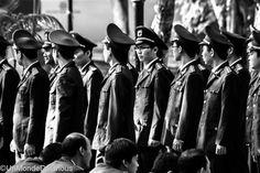 """On croise également des membres du Parti en uniformes militaires venus apprendre à défiler au pas, s'entraîner au combat à mains nues… Le tout dans un discipline toute relative : marche au pas pas forcément coordonnée, enchaînements de """"katas"""" pas tout à fait synchrones… (Lire l'article)"""