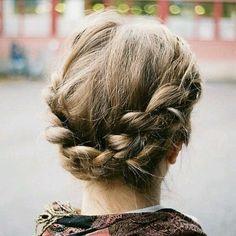 Trança tipo coroa ao redor da cabeça, mas perto da nuca - muito lindo! E funciona pra cabelos curtos | DDB Inspira @ddbinspira