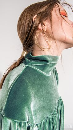 Bijoux – Tendance : The Suki, a pair of abstract design engraved at front. Look Fashion, Fashion Beauty, Fashion Design, Green Fashion, Ladies Fashion, Trendy Fashion, Fashion Outfits, Stil Inspiration, Fashion Weeks