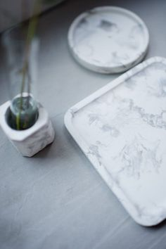 DIY Marble Tray using two different colors of concrete! Concrete Color, Concrete Cement, Concrete Design, Concrete Planters, Cement Pots, Concrete Furniture, Concrete Jewelry, Concrete Crafts, Concrete Projects