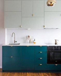 Letting the colours speak in this two-tone minimalist kitchen via @dominomag