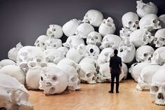 ron mueck scales-up and stacks 100 sculpted skulls at the national gallery of victoria