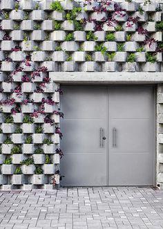 Un muro-jardín flanquea una de las esquinas del edificio. Foto: ©Mónica Barreneche.