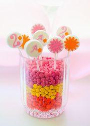 Puedes convertir unos tarros de cristal en #centros de mesa simplemente añadiendo #caramelos y #piruletas