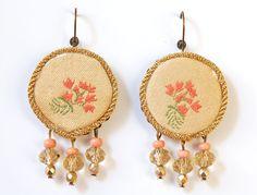 Orecchini in stoffa broccato beige con ricamo di fiori rosa antico e verde : Orecchini di madebyeleonora