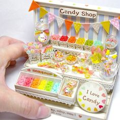 Candy shop♡ ♡ by Klein Klein Mini Cosas, Polymer Clay Miniatures, Dollhouse Miniatures, Miniature Food, Miniature Crafts, Miniature Houses, Miniature Dolls, Tiny Food, Candy Store