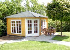 Wahrhaft königlich wirkt das großzügige 5-Eck-Gartenhaus Victoria C40 im warmen Gelb.
