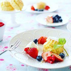 Good morning☺! . . . おはスコーン! . . バニラスコーンとフルーツで朝ごはん. . . みるくクリームたっぷりつけて 元気補給完了♡(ت) . . 今日も1日頑張ろー! . . . 2016,1,14 . . .
