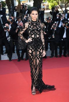 Kendall JennerIf that's not how you bring the red carpet to a halt, then we're not sure how to do it. Kendall is sleek all over in Roberto Cavalli by Peter Dundas paired with Chopard accessories. Kendall Jenner Estilo, Kendall Jenner Outfits, Kylie Jenner, Celebrity Red Carpet, Celebrity Style, Le Style Du Jenner, Roberto Cavalli, Sheer Dress, Dress Long