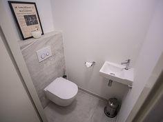Toilet tegel voorbeeld met grote vloertegels en stroken op de