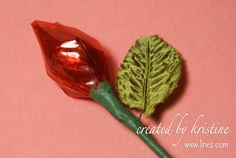 DIY: Hershey's Kisses Rosebud Materials: Red cellophane paper Bamboo skewers Green floral tape Silk leaves Hershey's kisses Easy Valentine Crafts, Valentine Day Crafts, Candy Crafts, New Crafts, Gift Crafts, Chocolate Bouquet Diy, Diy Bouquet, Candy Bouquet, Valentines