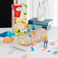Pimpt eure Sahne-Rolle passend zur Einschulung Cream roll with colorful sprinkles and ABC decor suitable for school enrollment. Sweet cake idea very fast and without baking. Bed Cover Design, School Enrollment, Sweet Kisses, Cupcakes, Breakfast Time, Sweet Cakes, Flower Making, Cakepops, Decoration
