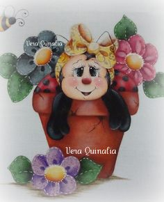 Mariquita en maceta con flores