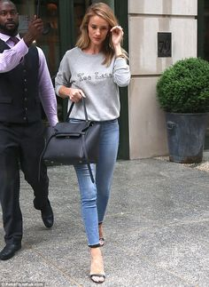She's one of the most famous supermodels in the world and supermodel Rosie Huntington-Whiteley looks catwalk ready even when she's in a simple pair of jeans. Rosie Huntington Whiteley, Rose Huntington, Jason Statham And Rosie, Modell Street-style, Casual Outfits, Fashion Outfits, Looks Black, Mom Style, Style Box