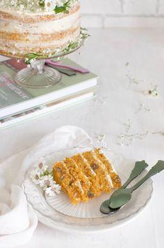 tarta de zanahoria con tarta y libro