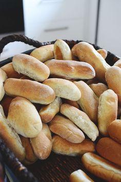 På vår korvfestival i lördags var många imponerade av det egna brödet. Även jag. Busenkla att göra dessutom. Från och med nu kommer vi nog alltid ha nybakat bröd i frysen, redo för några hot dogs. ... Dog Bread, Our Daily Bread, Dessert Recipes, Desserts, Light Recipes, Pretzel Bites, Hot Dog Buns, Foodies, Brunch