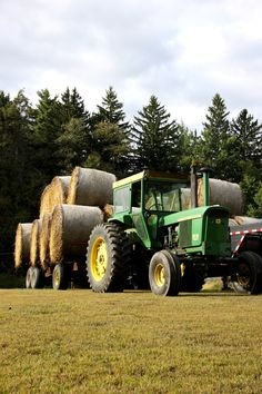 John Deere 4320 with round bales John Deere Equipment, Old Farm Equipment, Jd Tractors, John Deere Tractors, John Deere 4320, Tractor Pictures, Future Farms, Engin, Country Farm