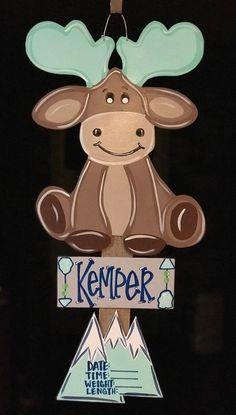 Ideas door hangers craft for kids Baby Door Hangers, Hospital Door Hangers, Wooden Door Hangers, Wooden Doors, Moose Baby Shower, Baby Shower Gifts, Moose Nursery, Nursery Decor, Hanger Crafts