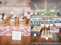 mesa de doces com vasos de plantinha e caixas encapadas