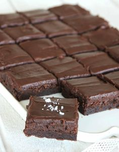 A little flake salt on the top is deliciously tasty. A little flake salt on the top is deliciously tasty. Chocolate Fudge Brownies, Fudge Cake, No Bake Desserts, Delicious Desserts, Dessert Recipes, Baking Recipes, Cookie Recipes, Kolaci I Torte, Swedish Recipes
