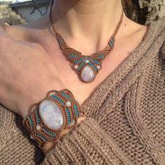 Moonstone del arco iris creación artesanal de Macrame pulsera con cabujón de piedra de luna. Pulsera fina color marrón y turquesa con brillo azul moonstone