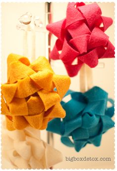 felt bows. easy to make, and reusable too.