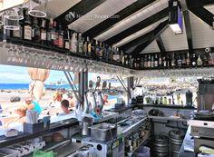Interior zona de bar de chiringuito desmontable en madera para exterior de 20 m2. Construcción a 4 aguas con zonas de bar y cocina.  Mas información T: +34 687 03 15 65 e: info@navarrolivier.com w: https://navarrolivier.com/   #kiosco #chiringuito #guingueta #beachbar #Mofacar #modulo #caseta