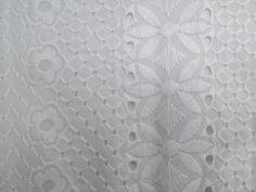 Laise Bico Eden (Branco).            Tecido de fibra natural com bordados vazados e em alto relevo e bico, motivos florais, leve e com toque agradável. Ótimo para peças com caimento mais estruturado.  Sugestão para confeccionar: Vestidos, shorts, saias, camisas, entre outros.