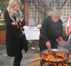 Mario Batali and Gwyneth Paltrow in Spain. On the Road Again Spanish Girls, Spanish Food, Paella Party, Gourmet Recipes, Cooking Recipes, Mario Batali, Food Fantasy, On The Road Again, Spain Travel
