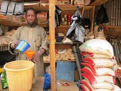 En el mercado de Niamey, Niger, los precios están por las nubes. Masaoudu tiene un puesto donde vende harina y arroz. Para él el principal problema es la subida del precio de los carburantes. Foto / Susana Hidalgo
