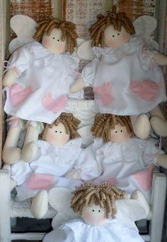 Corpo em tecido de algodão cru  Túnica em piquet branco - corações aplicados cores opcionais  Calça em tricoline  Gola - bordado inglês  Cabelo - rami cacheado artesanalmente      VALOR UNITÁRIO R$ 70,00