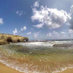 🇧🇷 Ontem fizemos um passeio de Segway no norte de Barbados com a @segwaybarbados (veja tudo no meu Snap 👻 guiamundoafora) . Uma das paradas foi nessa mini praia chamada Little Bay, na região de St Lucy, a única região de todo o país nomeada por uma mulher. @visitebarbados #issoébarbados . . 🇺🇸 Yesterday we did a Segway tour with @segwaybarbados on the north of the island. One of the stops was at this tiny beach called Little Bay. . . 🚩Little Bay, Barbados, Caribbean . .