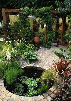 Водоем в маленьком саду