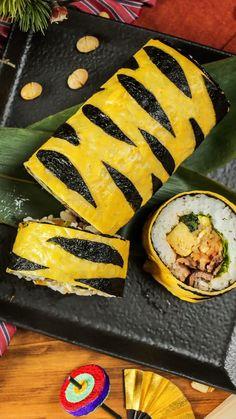 Tiger Pattern Sushi Roll - This sushi is wild! Sushi Roll Recipes, Good Food, Yummy Food, Tasty, Homemade Sushi, Food Platters, Diy Food, Bento, Street Food